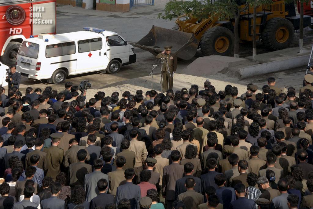 Северная Корея. Пхеньян. 17 мая. Церемония, в ходе которой официальные лица страны публично извинялись за крушение строящегося дома. (AP Photo/KCNA via KNS)