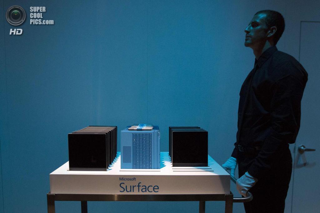 США. Нью-Йорк. 20 мая. Целый воз новых планшетов Surface Pro 3. (REUTERS/Brendan McDermid)