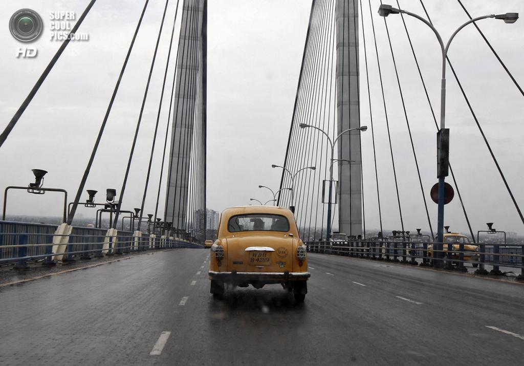 Индия. Калькутта, Западная Бенгалия. 25 мая. Такси Hindustan Ambassador на мосту «Видьясагар Сету». (REUTERS/Rupak De Chowdhuri)