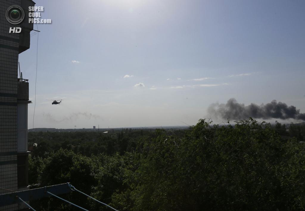 Украина. Донецк. 26 мая. Военный вертолёт Ми-24 улетает после нанесения огневого удара по позициям захватчиков. (REUTERS/Yannis Behrakis)