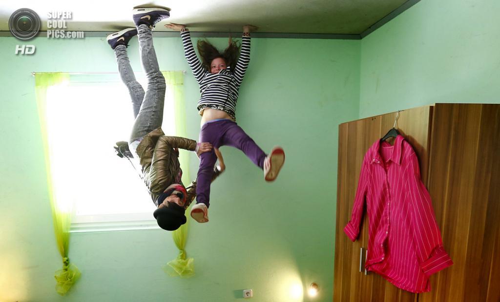 Германия. Аффольдерн, Эдерталь, Гессен. 7 мая. Внутри музея «Crazy House» (камера развёрнута на 180°). (REUTERS/Kai Pfaffenbach)