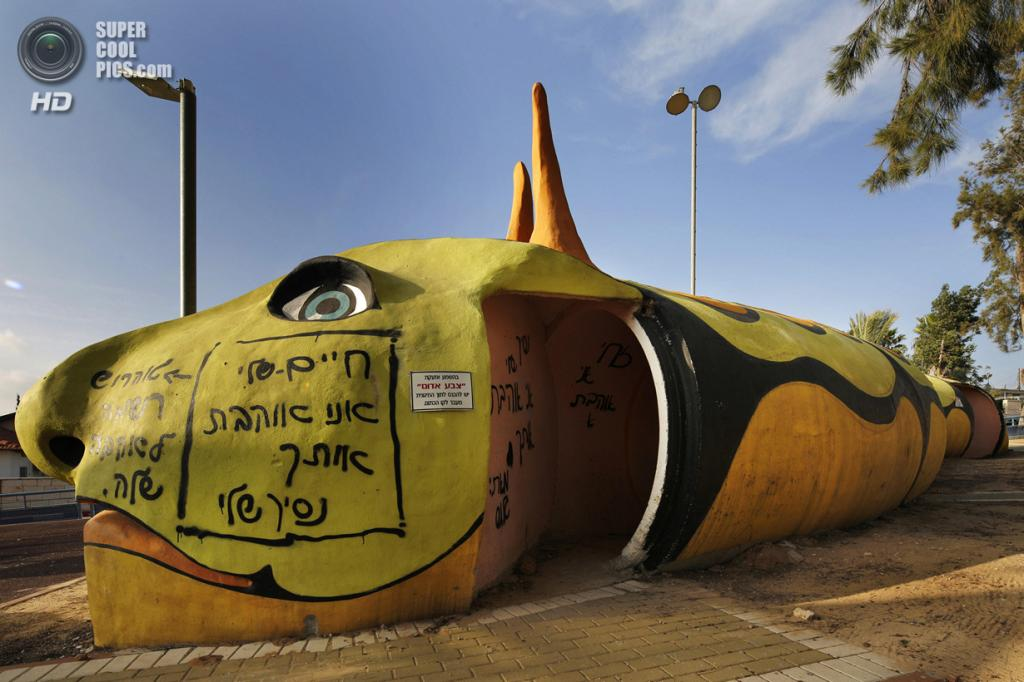 Израиль. Сдерот, Южный округ. 7 апреля. Декорированное бомбоубежище на игровой площадке. (REUTERS/Finbarr O'Reilly)
