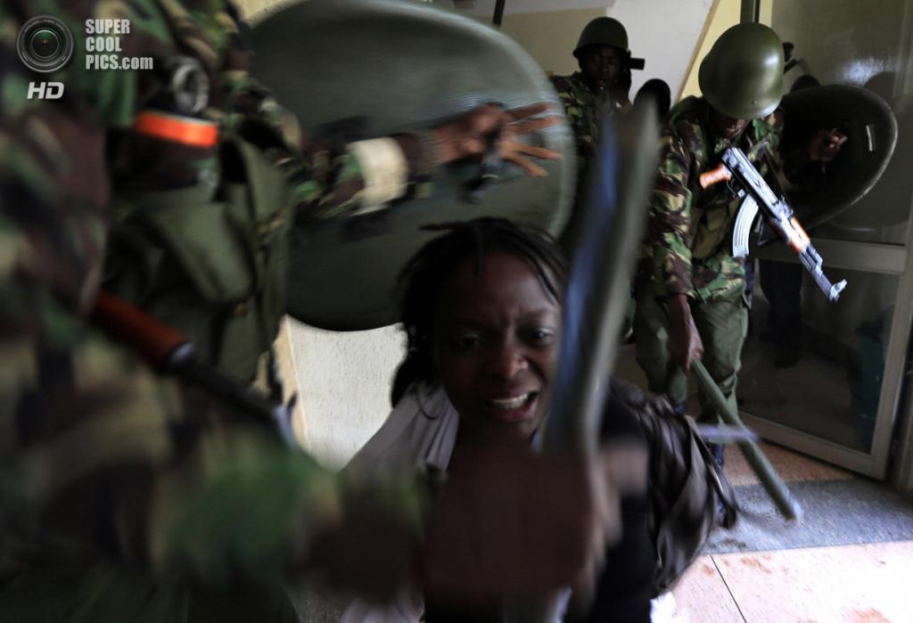 Кения. Найроби. 20 мая. Подавление протеста студентов Университета Найроби против сокращения финансирования образования. (REUTERS/Noor Khamis)