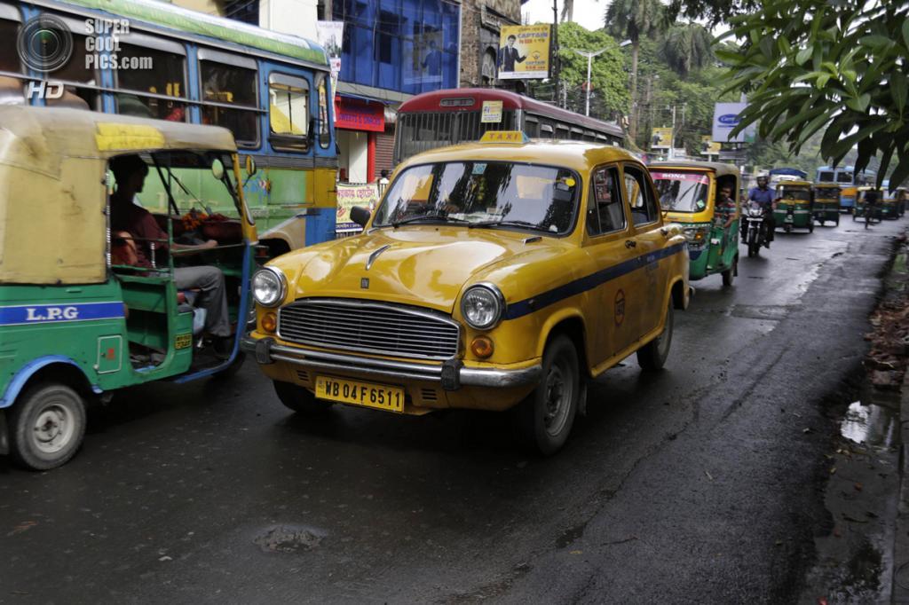 Индия. Калькутта, Западная Бенгалия. 26 мая. Такси Hindustan Ambassador двигается по городу. (AP Photo/Bikas Das)