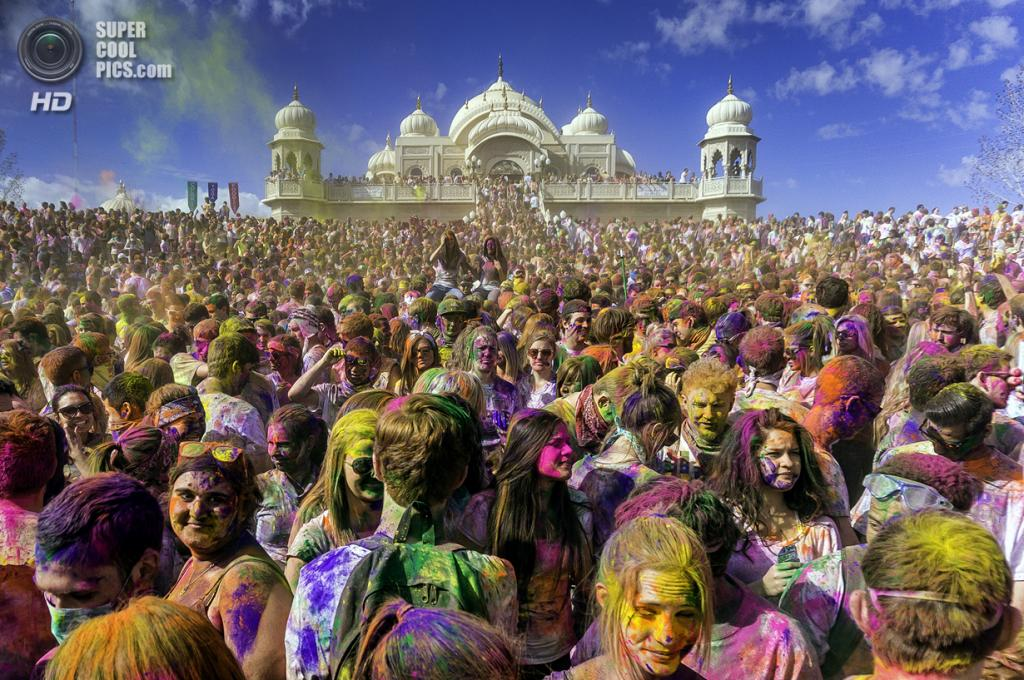 Индийский праздник Холи, полюбившийся во всем мире. На фото празднование Холи в храме Радхи-Кришны в Спэниш-Форк, штат Юта, при участии 100 000 человек. (Steven Gerner)