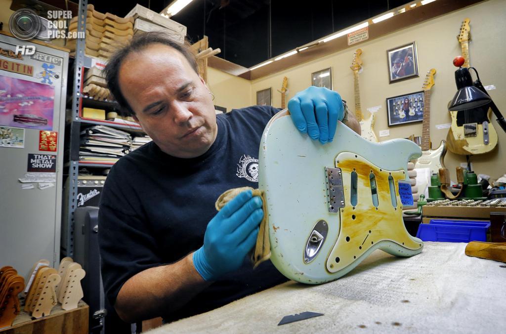 США. Корона, Калифорния. Реставрация старых гитар Fender Stratocaster. (AP Photo/Matt York)