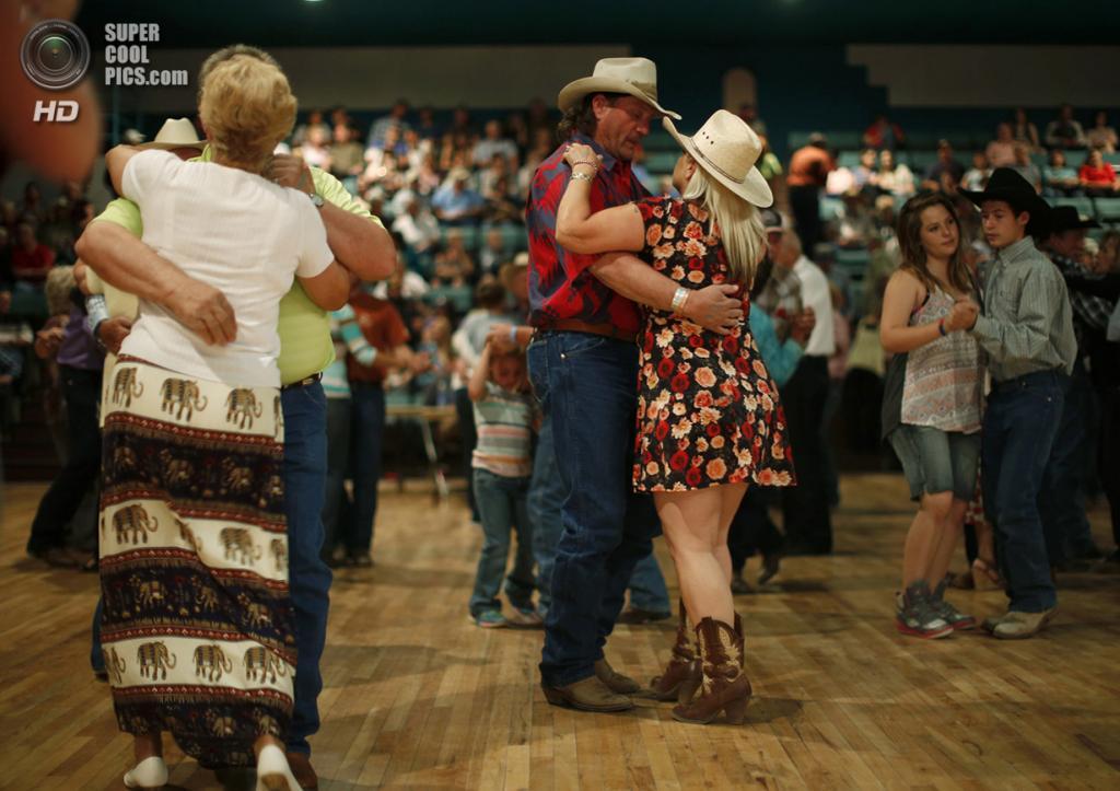 США. Трут-ор-Консекуэнсес, Нью-Мексико. 3 мая. Танцы во время ежегодной «Фиесты». (REUTERS/Lucy Nicholson)