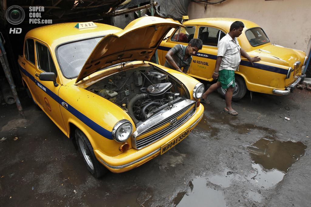 Индия. Калькутта, Западная Бенгалия. 25 мая. Hindustan Ambassador в мастерской таксопарка. (REUTERS/Rupak De Chowdhuri)