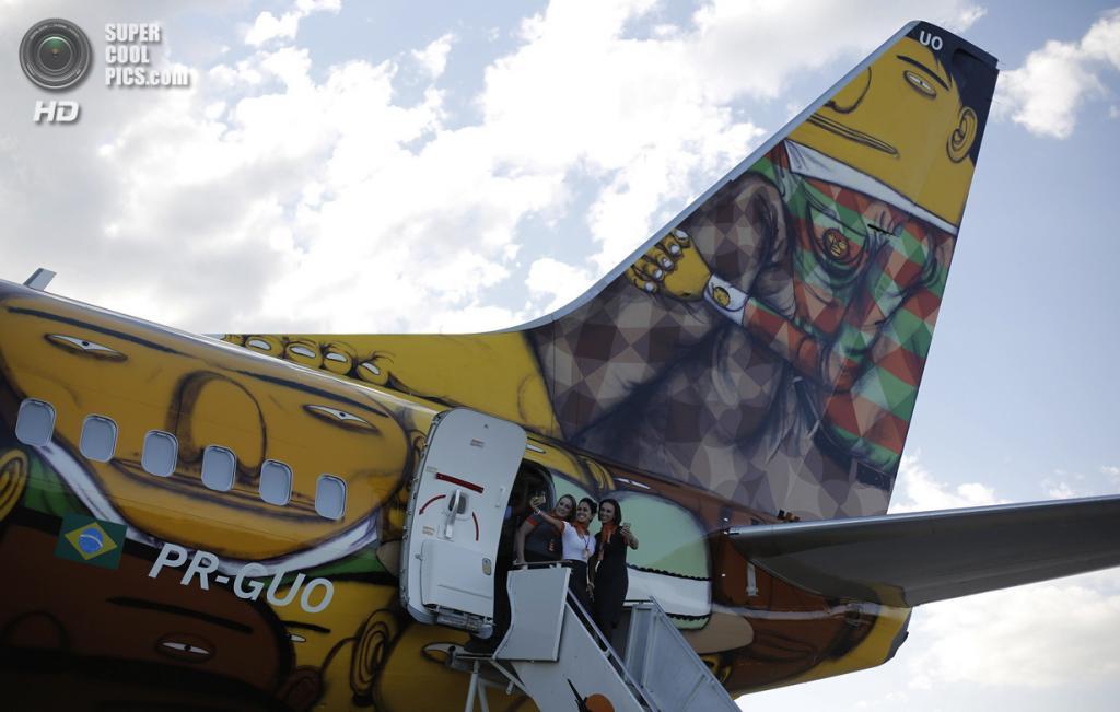 Бразилия. Белу-Оризонти, Минас-Жерайс. 27 мая. Пресс-показ пассажирского самолёта «Боинг-737» авиакомпании Gol, разрисованного бразильским дуэтом уличных художников Os Gemeos. (REUTERS/Nacho Doce)
