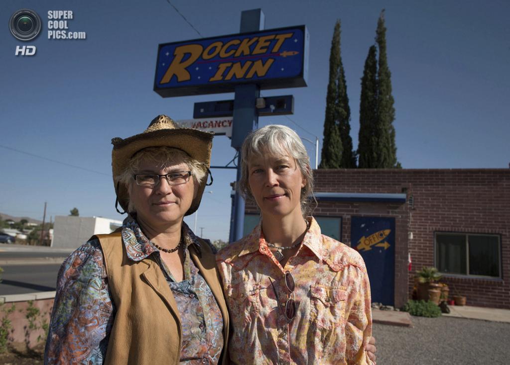 США. Трут-ор-Консекуэнсес, Нью-Мексико. 2 мая. Вэл Уилкс и её жена Сидни у мотеля Rocket Inn, которым они управляют. (REUTERS/Lucy Nicholson)