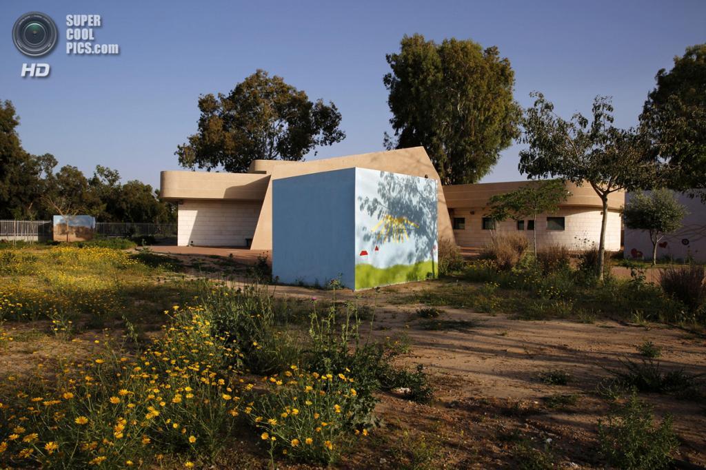 Израиль. Сдерот, Южный округ. 8 апреля. Декорированное бомбоубежище на школьном дворе. (REUTERS/Finbarr O'Reilly)