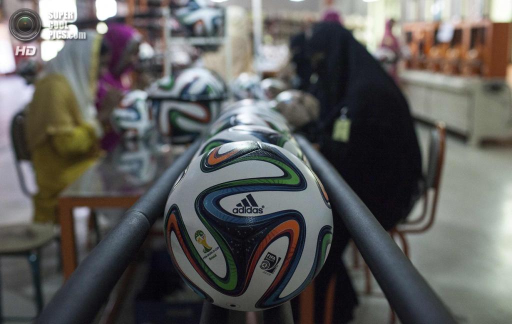 Пакистан. Сиялкот, Пенджаб. 16 мая. Работницы фабрики проводят окончательную проверку мячей. (REUTERS/Sara Farid)