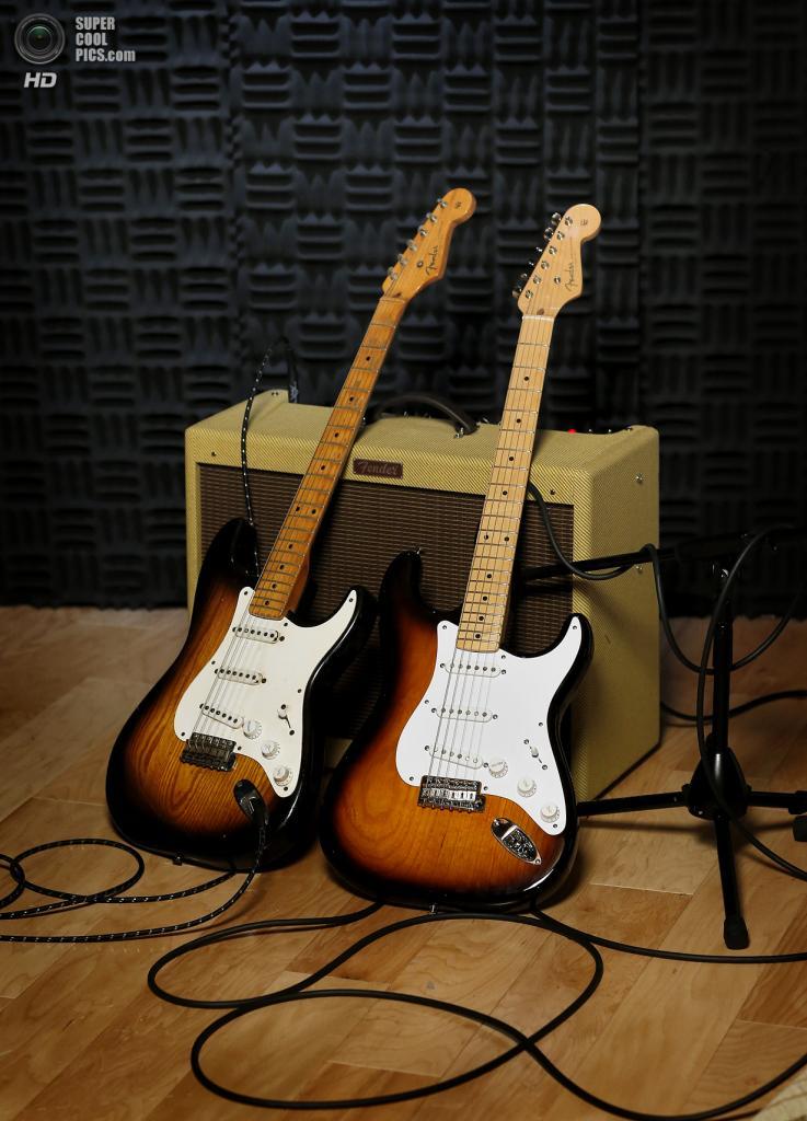 США. Скоттсдейл, Аризона. Оригинальная гитара Fender Stratocaster 1954 года выпуска и её версия 2014 года. (AP Photo/Matt York)