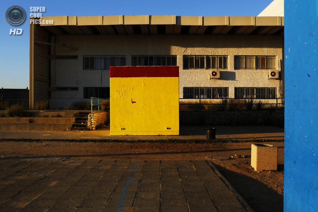 Израиль. Сдерот, Южный округ. 28 марта. Декорированное бомбоубежище на школьном дворе. (REUTERS/Finbarr O'Reilly)