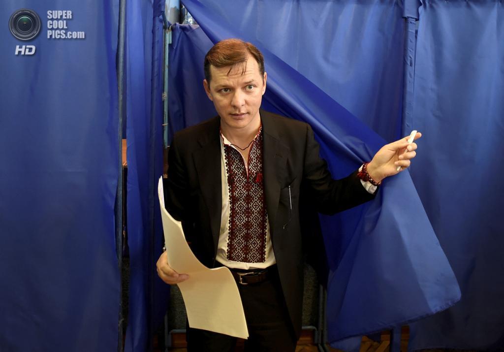 Украина. Киев. 25 мая. Кандидат в президенты Украины Олег Ляшко выходит из кабинки для голосования. (AP Photo/Osman Karimov)