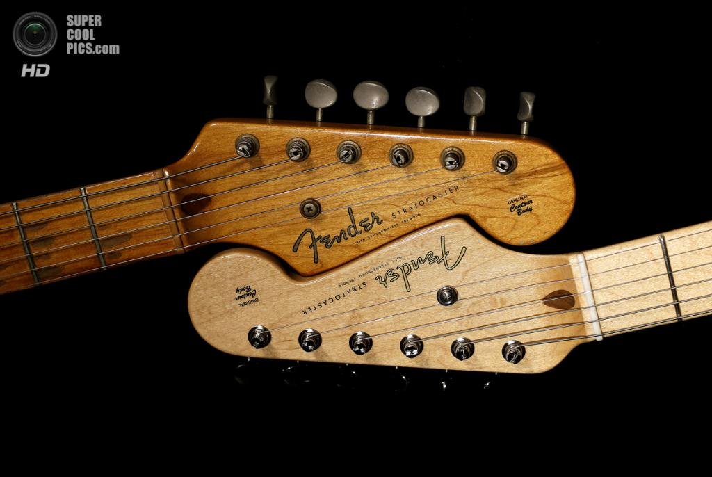 США. Скоттсдейл, Аризона. Головки грифа оригинальной гитары Fender Stratocaster 1954 года выпуска и её версии 2014 года. (AP Photo/Matt York)