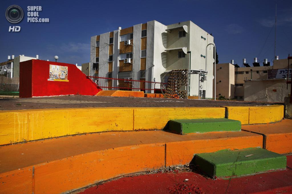 Израиль. Сдерот, Южный округ. 7 апреля. Декорированный вход в бомбоубежище у жилых домов. (REUTERS/Finbarr O'Reilly)