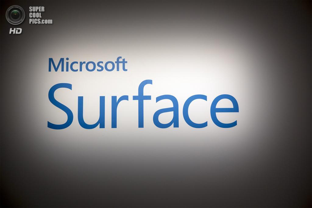 США. Нью-Йорк. 20 мая. Подсвеченная надпись Microsoft Surface на стене. (REUTERS/Brendan McDermid)