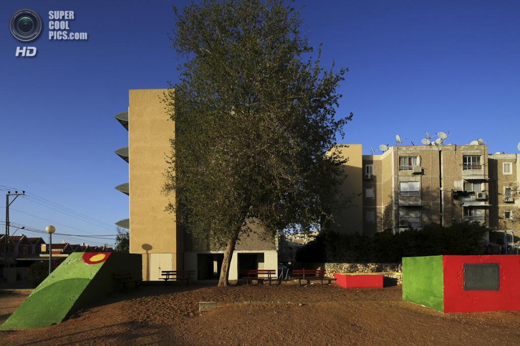 Израиль. Сдерот, Южный округ. 8 апреля. Декорированный вход в бомбоубежище у жилых домов. (REUTERS/Finbarr O'Reilly)