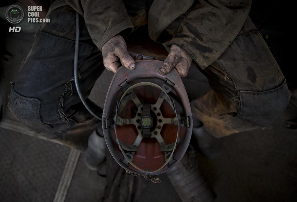 Украина. Донецкая область. 20 мая. Донецкие горняки после смены. (AP Photo/Vadim Ghirda)