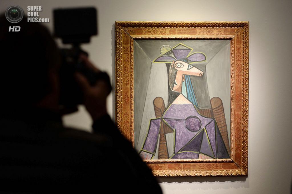 США. Нью-Йорк. 2 мая. Картина Пабло Пикассо «Portrait de femme (Dora Maar)» на выставке аукционного дома «Кристис». (STAN HONDA/AFP/Getty Images)