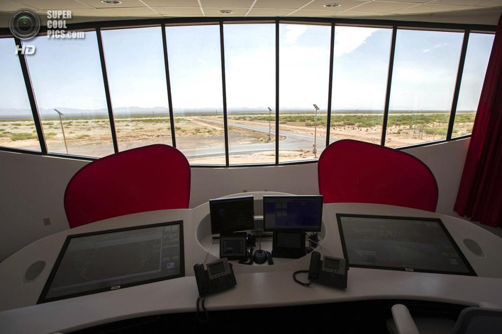США. Трут-ор-Консекуэнсес, Нью-Мексико. 1 мая. Центр управления полётов у главной взлётно-посадочной полосы. (REUTERS/Lucy Nicholson)