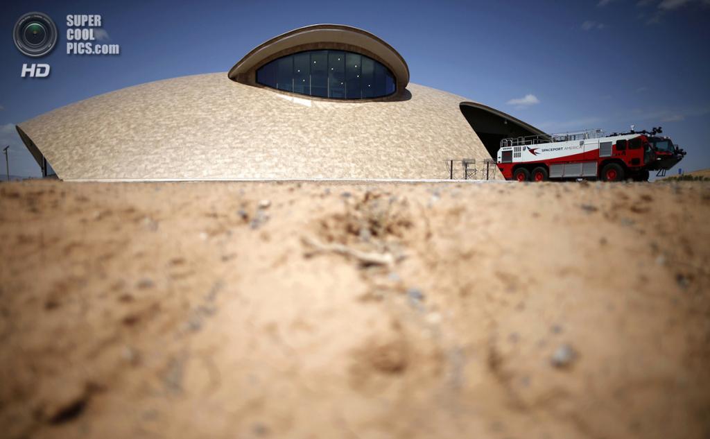 США. Трут-ор-Консекуэнсес, Нью-Мексико. 1 мая. Пожарный автомобиль, припаркованный у Центра управления космопорта. (REUTERS/Lucy Nicholson)