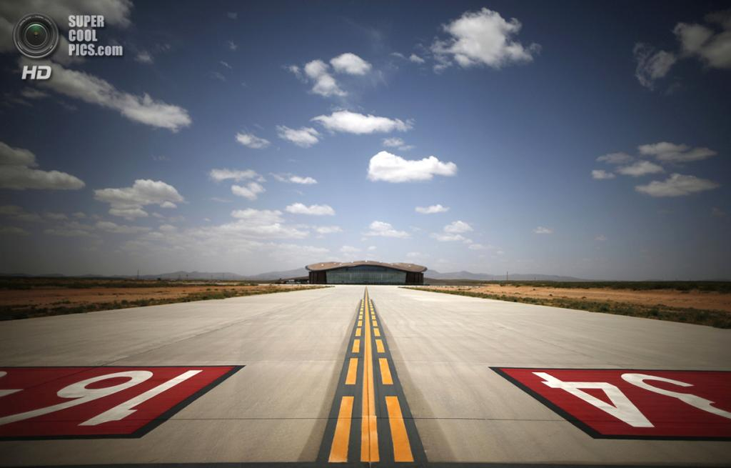 США. Трут-ор-Консекуэнсес, Нью-Мексико. 1 мая. Вид на главный терминал космопорта «Америка». (REUTERS/Lucy Nicholson)