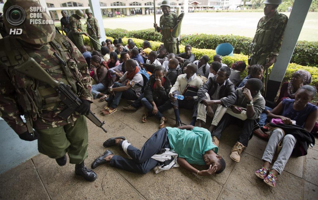 Кения. Найроби. 20 мая. Подавление протеста студентов Университета Найроби против сокращения финансирования образования. (AP Photo/Ben Curtis)
