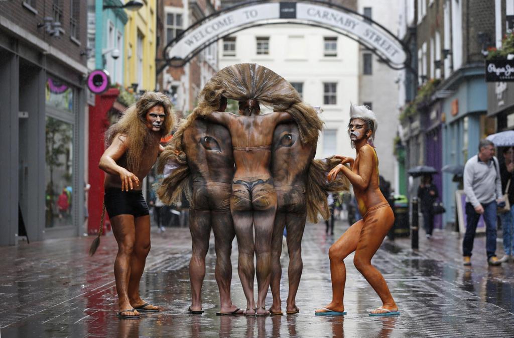 Азиатский лев на Карнаби-стрит (2 фото)