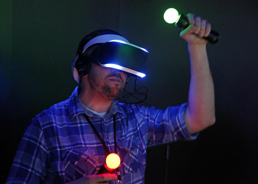США. Лос-Анджелес, Калифорния. 10 июня. Демо-версия шлема виртуальной реальности Sony Project Morpheus. (REUTERS/Jonathan Alcorn)