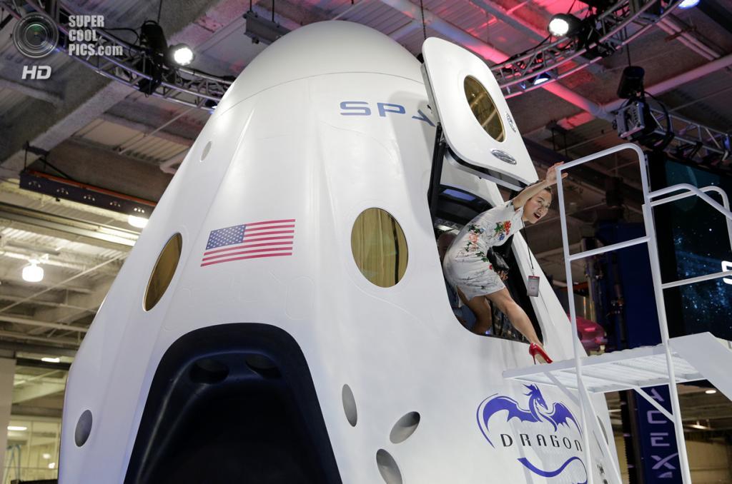 США. Хоторн, Калифорния. 29 мая. Презентация космического корабля SpaceX «Dragon V2». (AP Photo/Jae C. Hong)