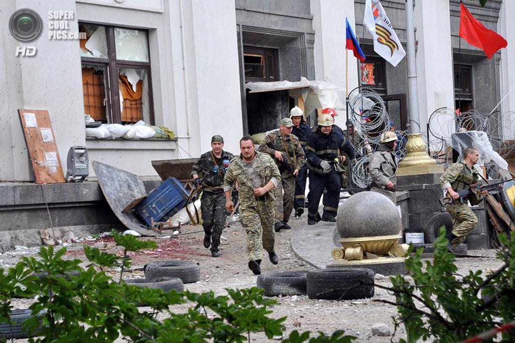 Украина. Луганск. 2 июня. Последствия террора у здания Луганской областной государственной администрации. (STR/AFP/Getty Images)