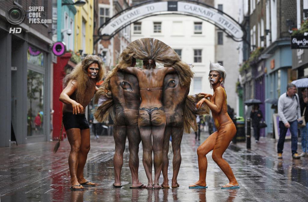 Великобритания. Лондон. 3 июня. Боди-арт-инсталляция в виде азиатского льва на Карнаби-стрит. (AP Photo/Lefteris Pitarakis)