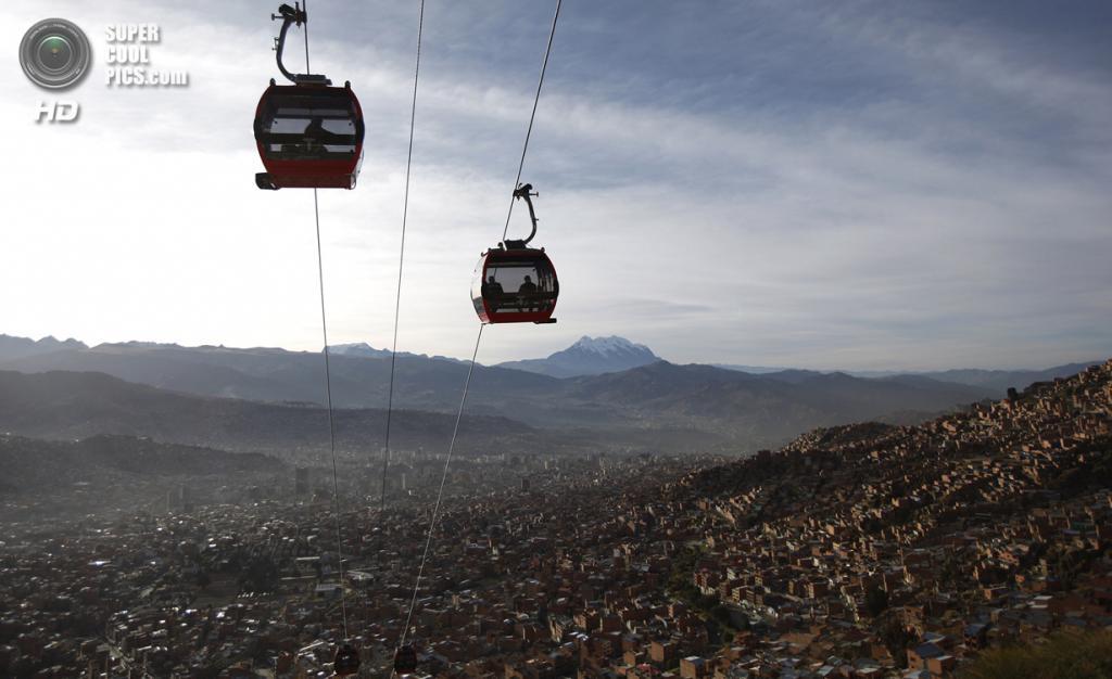 Боливия. Ла-Пас. 2 июня. Самая высокая канатная дорога в мире, соединяющая Ла-Пас и Эль-Альто. (AP Photo/Juan Karita)