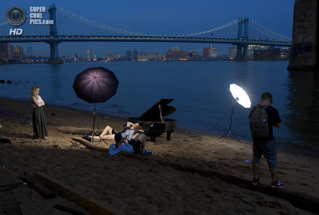 США. Нью-Йорк. 3 июня. Спонтанная фотоссесия под Бруклинским мостом, где загадочным образом появился старый рояль. (REUTERS/Carlo Allegri)