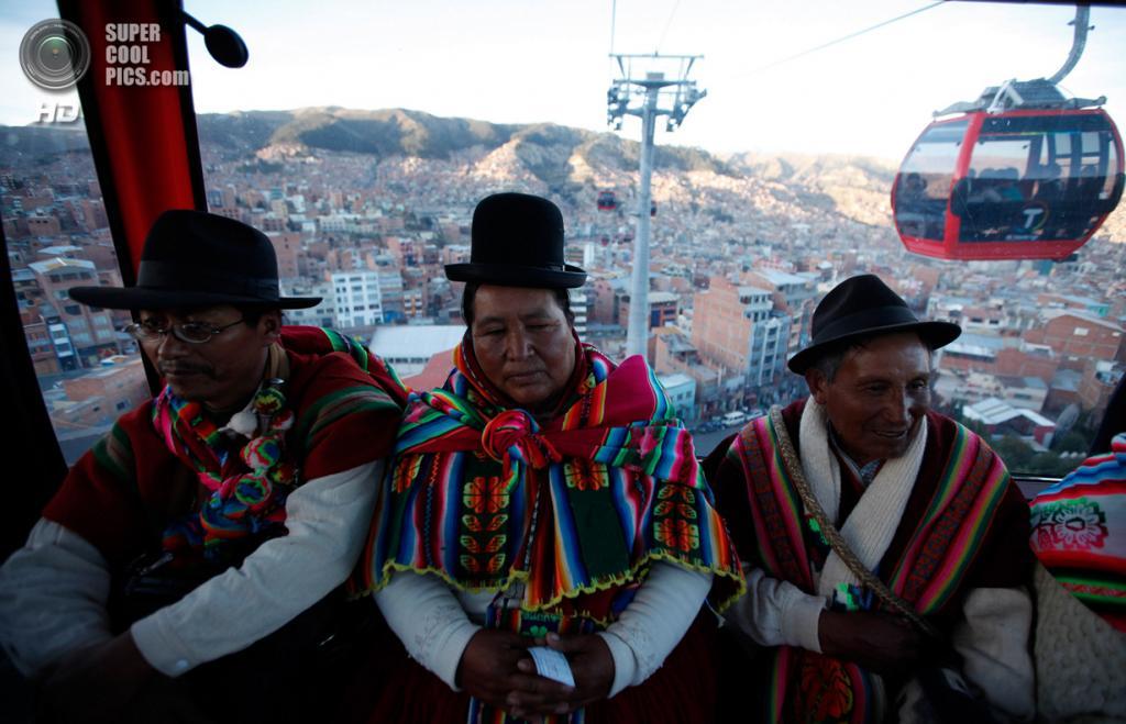 Боливия. Ла-Пас. 2 июня. Аймара поднимаются в Эль-Альто по канатной дороге. (AP Photo/Juan Karita)