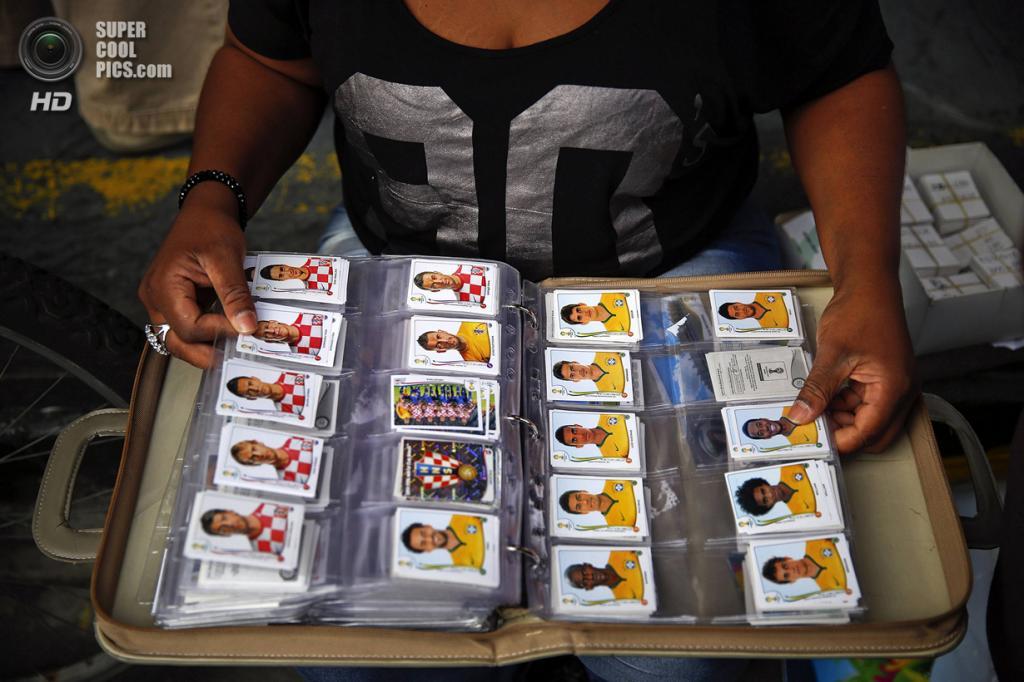 Бразилия. Сан-Паулу. 8 июня. Женщина демонстрирует свою коллекцию стикеров Panini. (REUTERS/Kai Pfaffenbach)