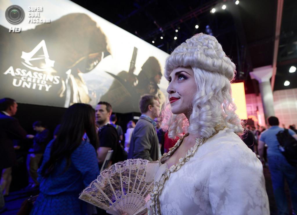 США. Лос-Анджелес, Калифорния. 10 июня. Модель в образе Марии-Антуанетты на промоушне игры «Assassin's Creed: Unity». (REUTERS/Kevork Djansezian)