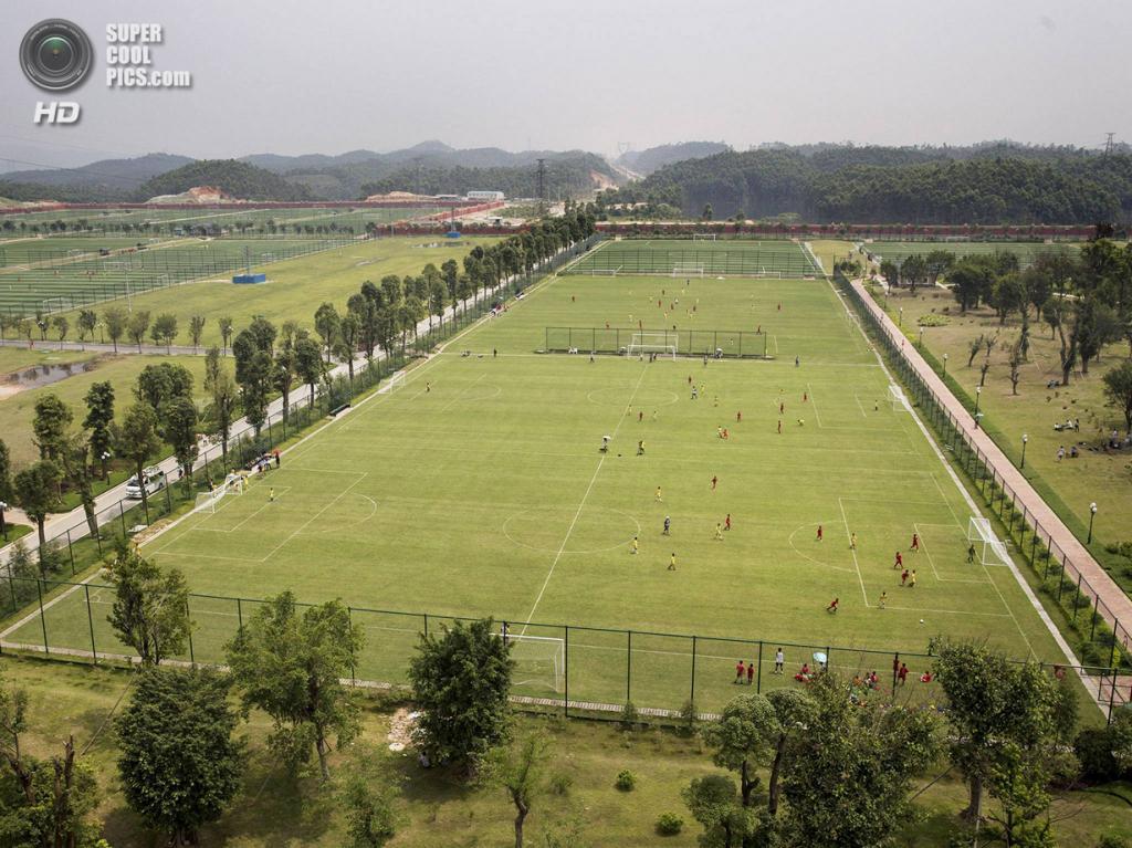 Китай. Цинъюань, Гуандун. 13 июня. Общий вид на тренировочные поля. Занимая в общей сложности 167 акров, школа может похвастать наличием более 50 полей. (Kevin Frayer/Getty Images)