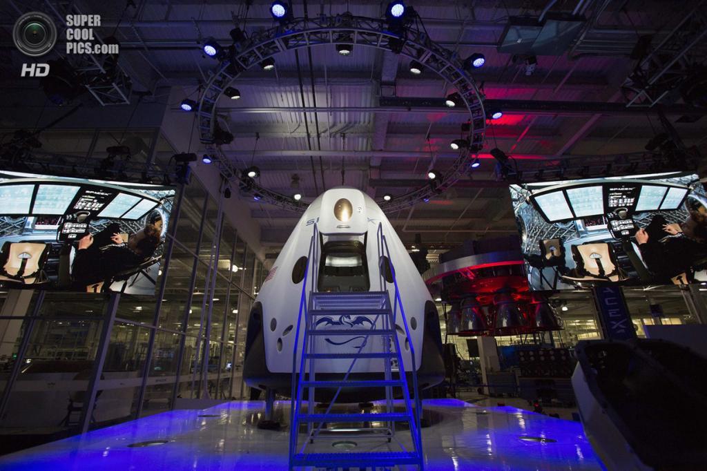 США. Хоторн, Калифорния. 29 мая. Основатель, главный конструктор и исполнительный директор SpaceX Илон Маск проводит презентацию космического корабля «Dragon V2» изнутри. (REUTERS/Mario Anzuoni)