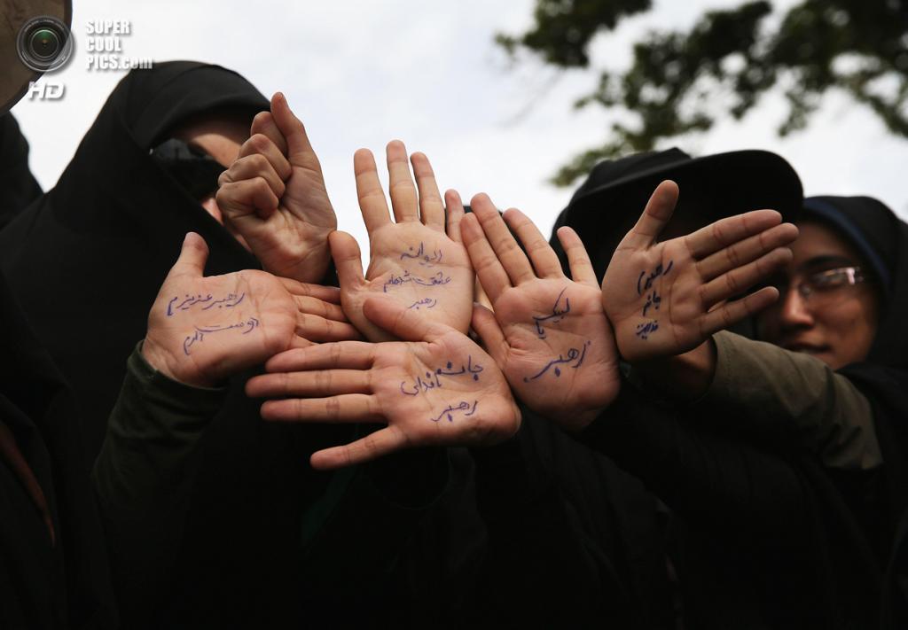 Иран. Тегеран. 4 июня. Женщины у Мавзолея Хомейни демонстрируют, что готовы отдать свою жизнь за Исламскую революцию. (John Moore/Getty Images)