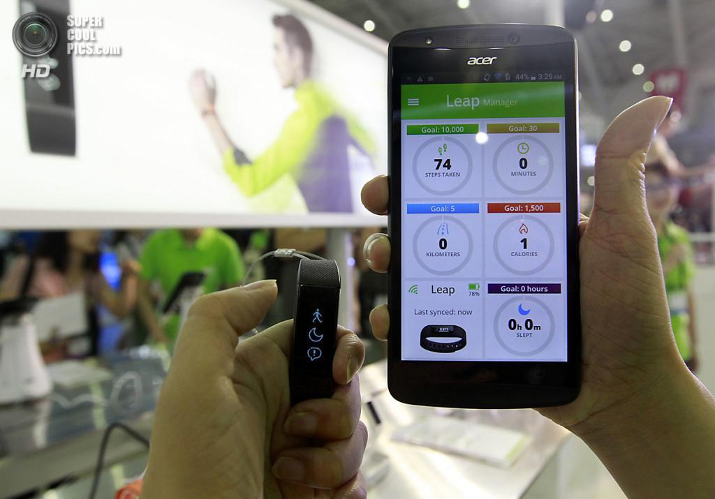 Тайвань. Тайбэй. 3 июня. Новинки Acer — фитнес-трекер Liquid Leap и смартфон Liquid Jade. (REUTERS/Pichi Chuang)