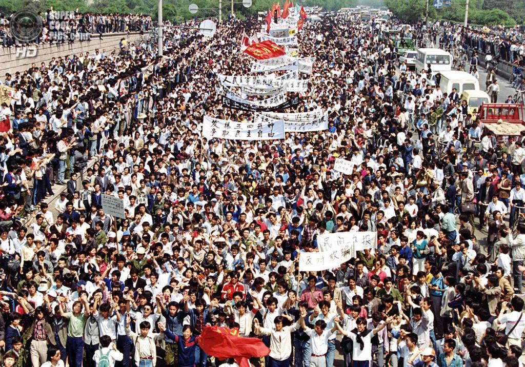 Китай. Пекин. 4 мая 1989 года. Сотни тысяч студентов маршируют к площади Тяньаньмэнь. (AP Photo/Sadayuki Mikami)