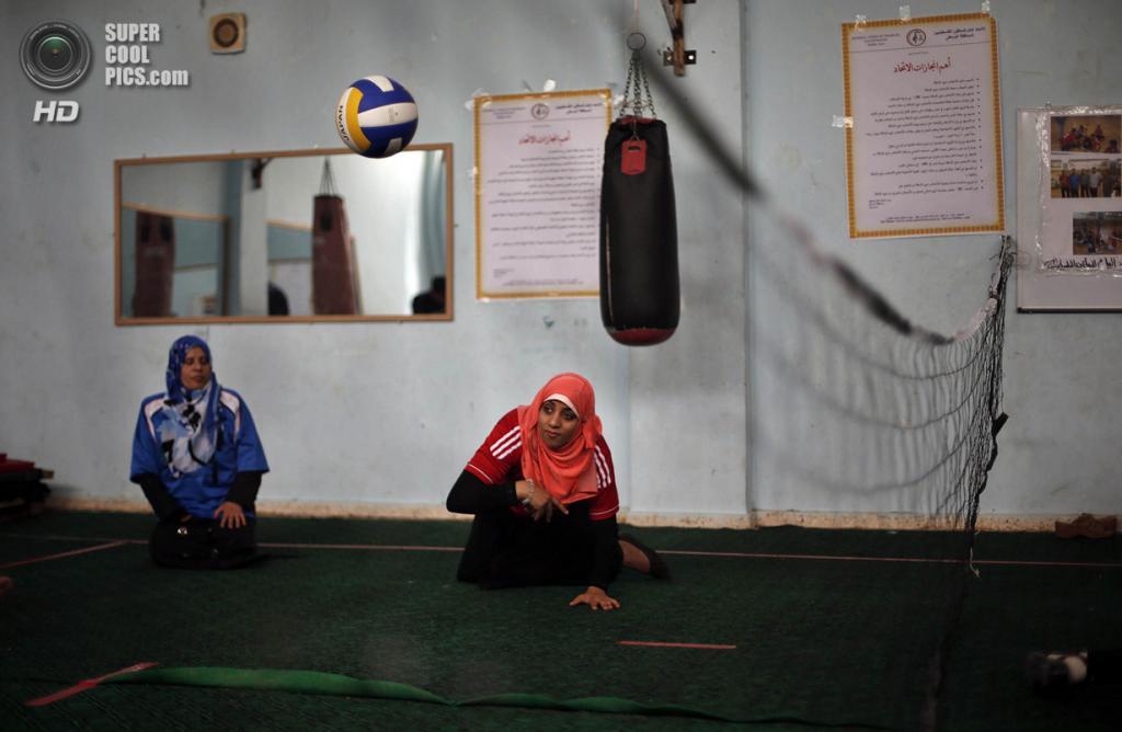 Палестина. Дейр эль-Балах, Газа. 4 июня. Занятия по волейболу сидя в спортивном клубе города. (REUTERS/Suhaib Salem)