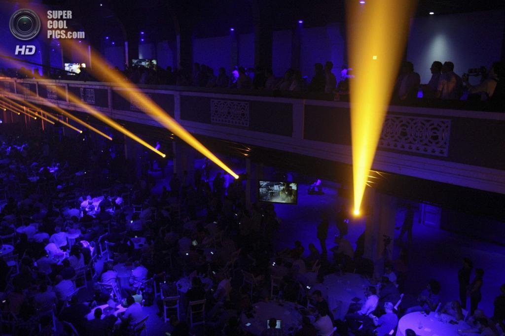 США. Лос-Анджелес, Калифорния. 9 июня. Лучи прожекторов освещают зал во время презентации новых игр. (REUTERS/David McNew)
