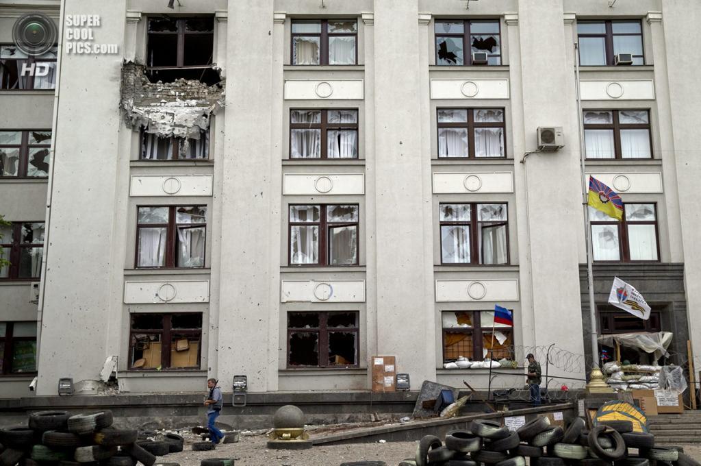 Украина. Луганск. 2 июня. Последствия террора у здания Луганской областной государственной администрации. (AP Photo/Vadim Ghirda)