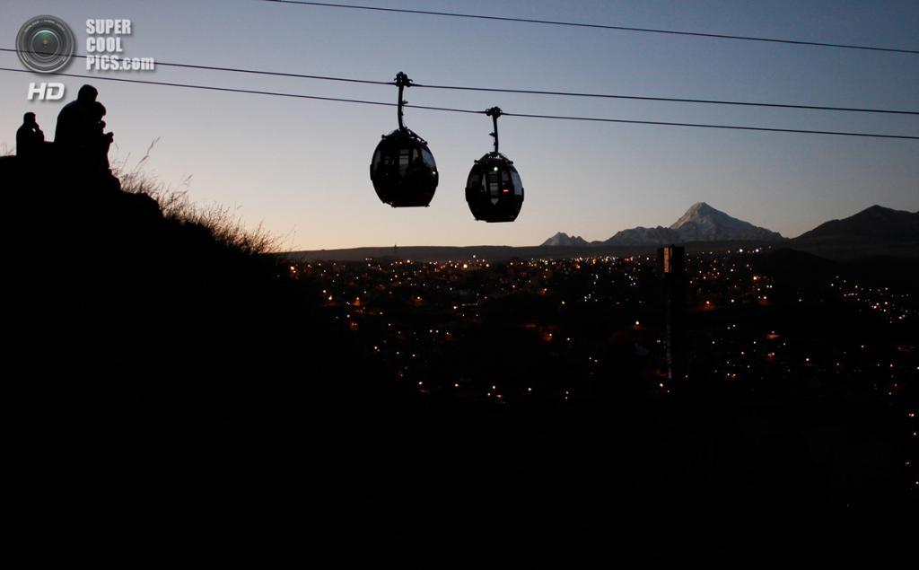 Боливия. Ла-Пас. 1 июня. Кабинки над городом. (AP Photo/Juan Karita)