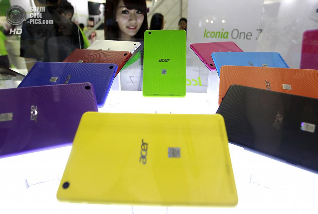 Тайвань. Тайбэй. 3 июня. Стенд с планшетами Acer Iconia One 7. (REUTERS/Pichi Chuang)