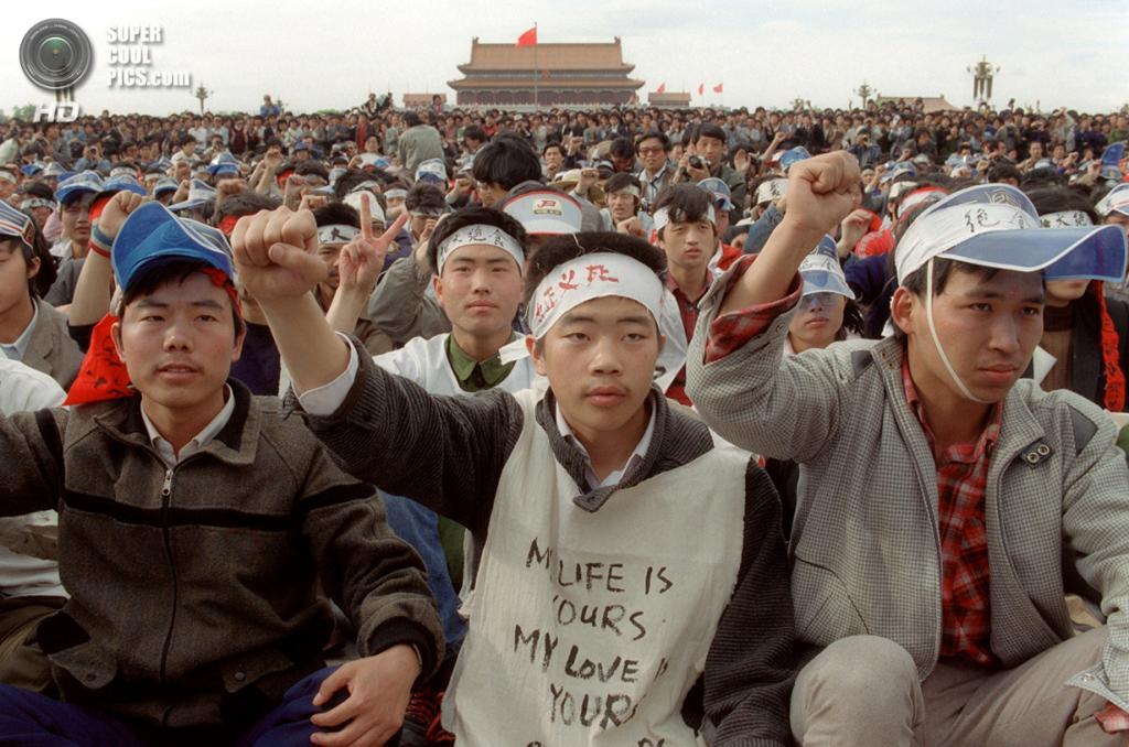Китай. Пекин. 18 мая 1989 года. Студенты Пекинского университета, объявившие голодовку. (Catherine Henriette/AFP/Getty Images)